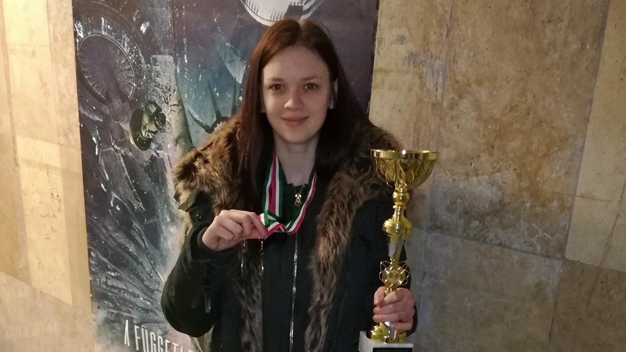 Kopplányi Rita a kollégiumok közötti pingpong versenyen